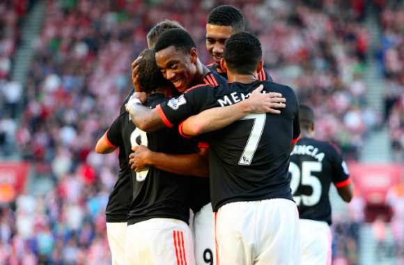 Arsenal voit rouge, Martial voit double