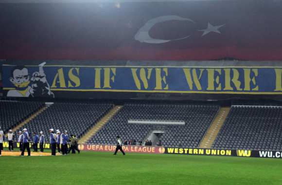 « <i>As if we were here.</i> » Comme si nous étions là, disent les supporters du Fener.