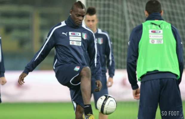 Balotelli jongle, El Shaarawy observe