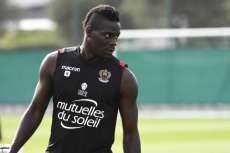 Balotelli suit la qualification de Nice avec des supporters