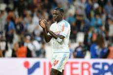 Benjamin Mendy pose avec le maillot de l'OM