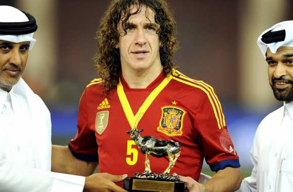 Carles Puyol et le trophee pour son 100e match international