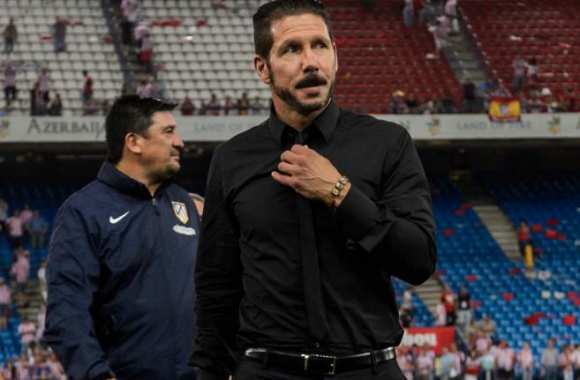 Diego Simeone remet son nœud de cravate