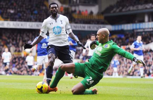 Emmanuel Adebayor (Tottenham) face à Tim Howard (Everton)