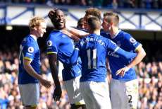 Everton assure, Swansea s'enfonce