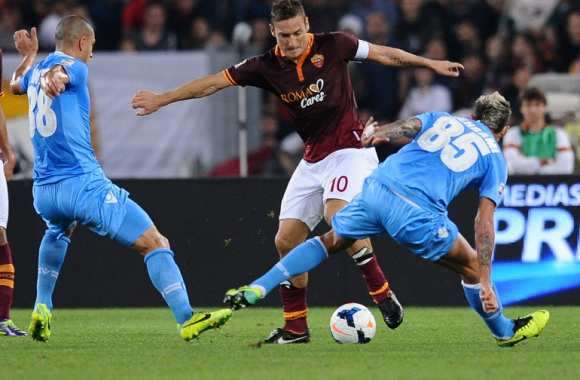 Francesco Totti (AS Rome) face à Paolo Cannavaro et Valon Behrami (Napoli)
