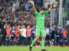 Gianluigi Buffon salue les supporters de la Lazio