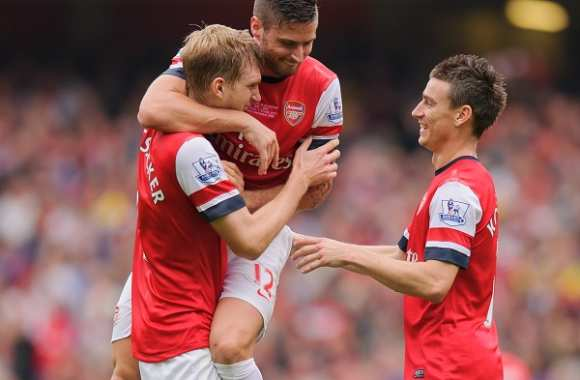 Giroud, encore, félicite Mertesacker (Arsenal)