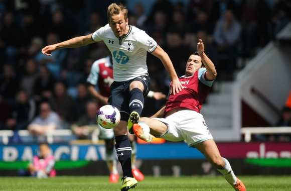 James Tomkins (West Ham) tacle Harry Kane (Tottenham)