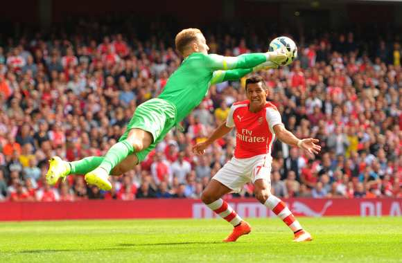 Joe Hart aux devants d'Alexis Sanchez.