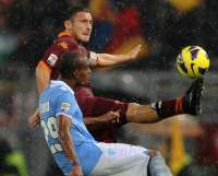 Totti (AS Roma) face à Konko (Lazio Rome)