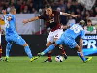 Francesco Totti (AS Rome) face � Paolo Cannavaro et Valon Behrami (Napoli)