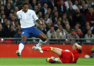 La Vielle Dame suit Glen Johnson