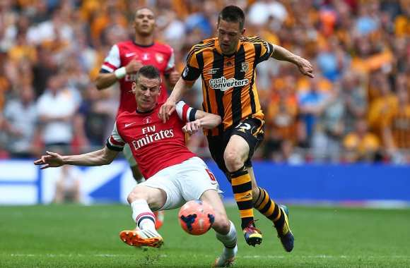 Laurent Koscielny (Arsenal) tacle Matty Fryatt (Hull City)
