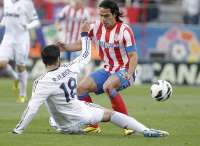 Raul Albiol (Real Madrid) tacle Radamel Falcao (Atlético Madrid)