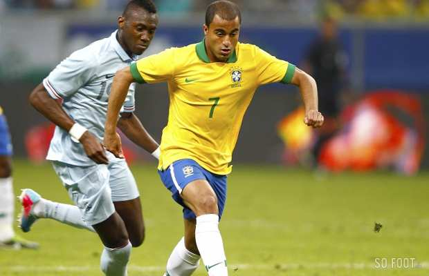 Lucas Moura (Br�sil) poursuivi par Guilavogui (France)