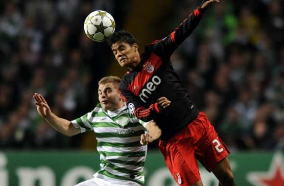 Melgarejo (Benfica) face à James Forrest (Celtic)
