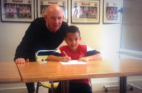 Photo : Ashley Young Jr signe à ... Arsenal