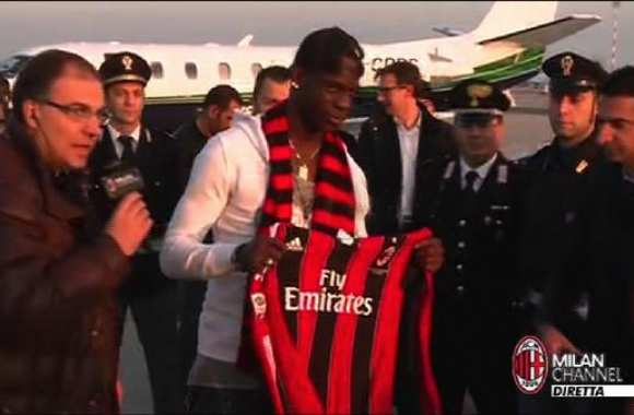 Photo : Balotelli et le maillot du Milan AC
