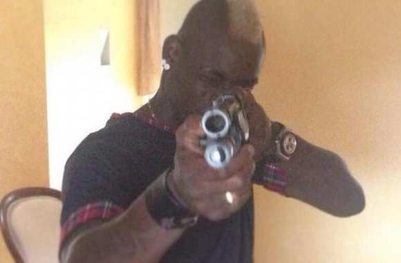 Photo : Balotelli et son fusil à pompe