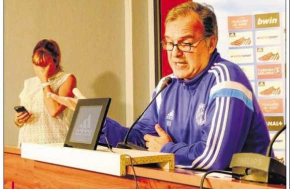Photo : Bielsa dépite l'attachée de presse