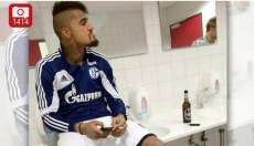 Photo : Boateng fume et picole