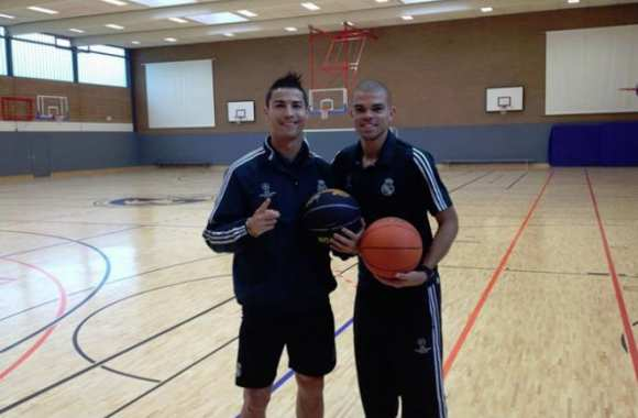 Photo : Cristiano et Pepe au basket