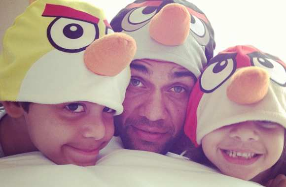 Photo : Dani Alves joue aux « Angry Birds »