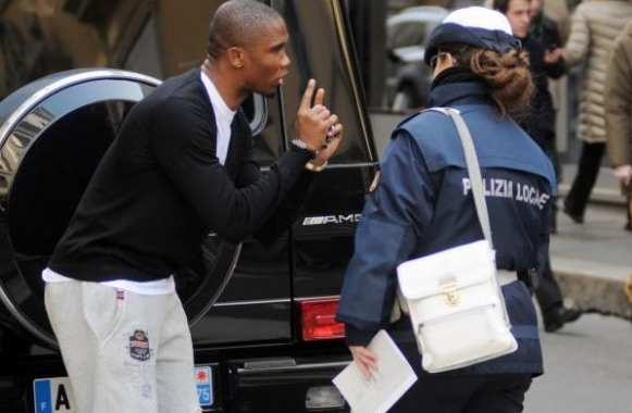 Photo : Eto'o tente d'esquiver une amende