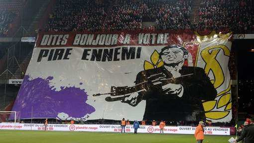Photo: Le tifo Scarface du Standard