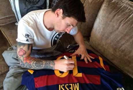 Photo : Messi dédicace un maillot à Ronaldinho