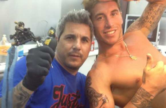 Photo : Ramos et son tatoueur