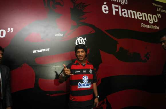 Photo : Ronaldinho en rouge et noir