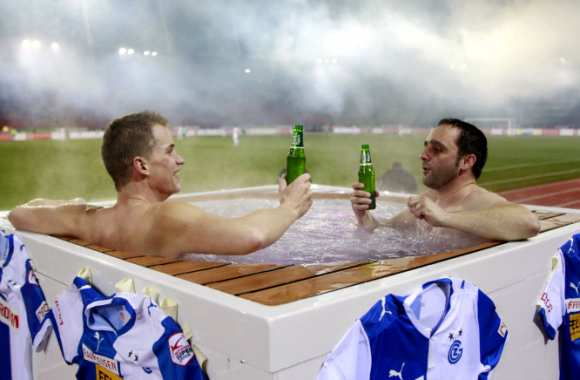 Photo: Supporters dans un jacuzzi