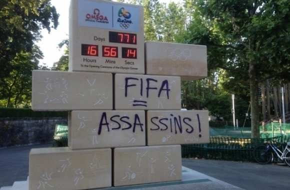 Photo : Un tag anti-Fifa sur l'horloge du CIO