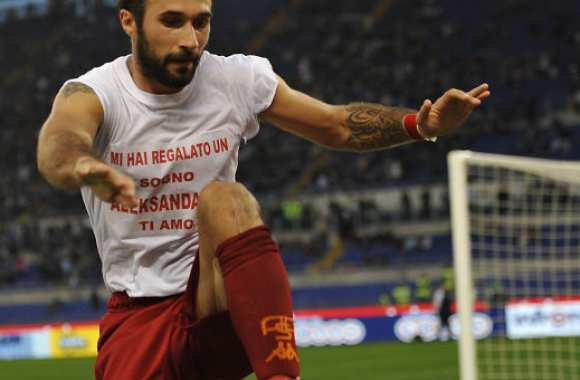 Photo : Vucinic retire son t-shirt