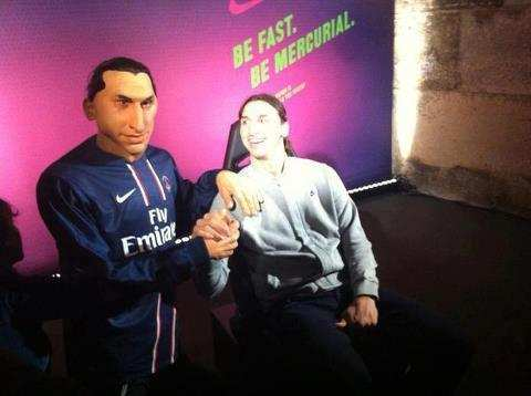 Photo: Zlatan et sa marionnette