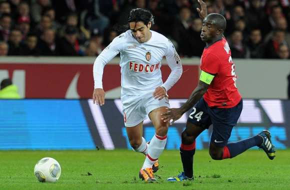 Rio Mavuba (Lille) poursuit Radamel Falcao (Monaco)
