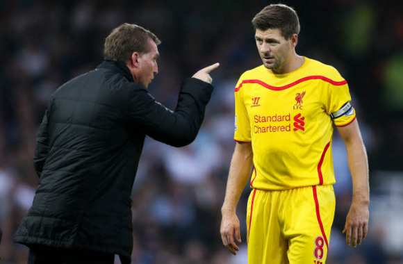 Steven Gerrard, en discussion avec Brendan Rodgers