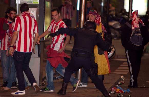 Supporters de l'Atlético lors d'incidents avec la police en mai 2012