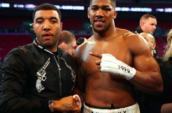 Troy Deeney avec Anthony Joshua