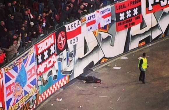 Un supporter de l'Ajax tombe des tribunes