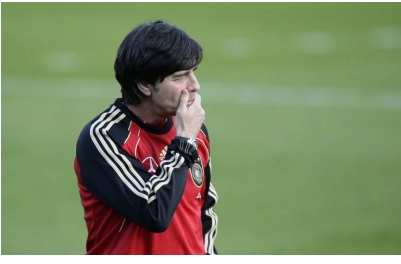 Video : Löw se venge sur la balle